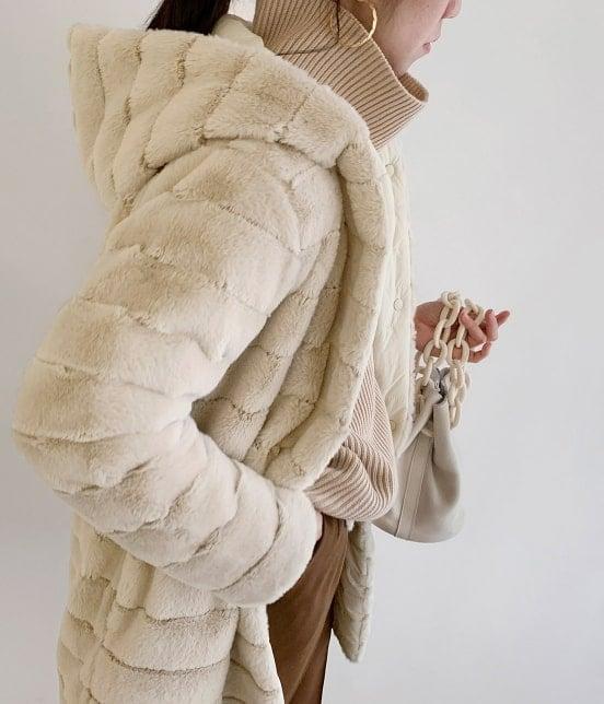 エコファーリバーシブルフードコートを着たモデル